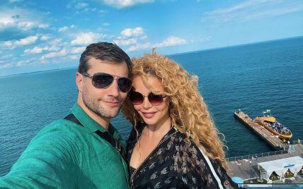 Аліна Гросу замилувала романтичними фото з 37-річним бойфрендом на тлі моря