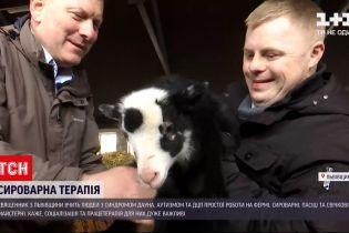Новости Украини: священник со Львовской области учит людей с инвалидностью простой работе