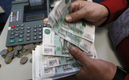 """У Росії сильно обвалився рубль. Експерти прогнозують, що долар """"перевалить"""" за рекордні 80"""