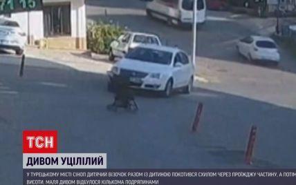 За крок від трагедії: у турецькому місті Сіноп дитячий візочок із дитиною виїхав на проїжджу частину