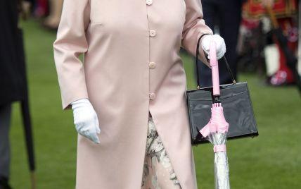 В платье пудрового оттенка: королева Елизавета II на чайной вечеринке