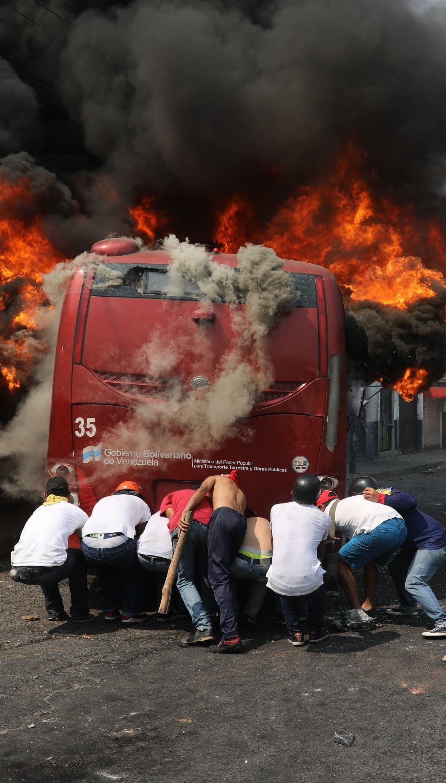 Президент Колумбії наказав повернути вантажівки з гуманітарною допомогою для Венесуели