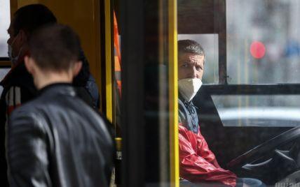 У Києві зупинка влетіла в тролейбус