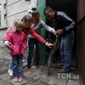 Жуткие фото Дебальцево после обстрела: дома без света и окон, похороны без гроба