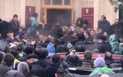 В Абхазії протестувальники пішли на штурм фейкової адміністрації президента