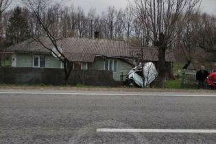 На Прикарпатті бус влетів у житловий будинок і застряг у ньому: фото