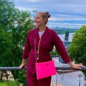 У лляному костюмі кольору марсала: вагітна Катя Осадча на прогулянці Києвом