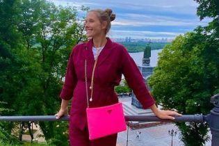 В льняном костюме цвета марсала: беременная Катя Осадчая на прогулке по Киеву