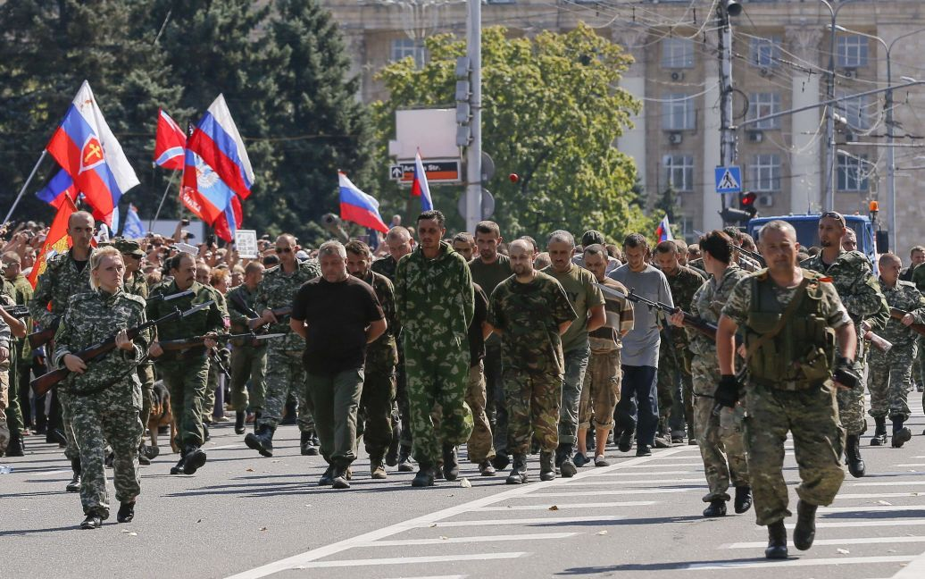Українських полонених провели центром Донецька. / © Reuters