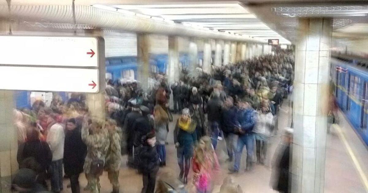 """Сотні пасажирів на станції метро """"Святошин"""" змушені замість метро шукати тепер наземний транспорт / © ТСН.ua"""
