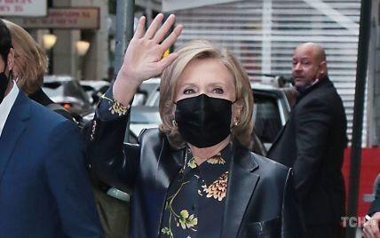 В кожаном жакете и блузке с цветочным принтом: Хиллари Клинтон на вечернем ток-шоу