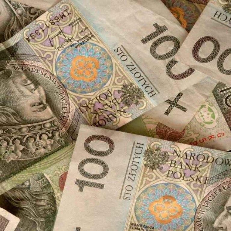 У Польщі підвищують мінімальну заробітну плату: як вона відрізняється від української