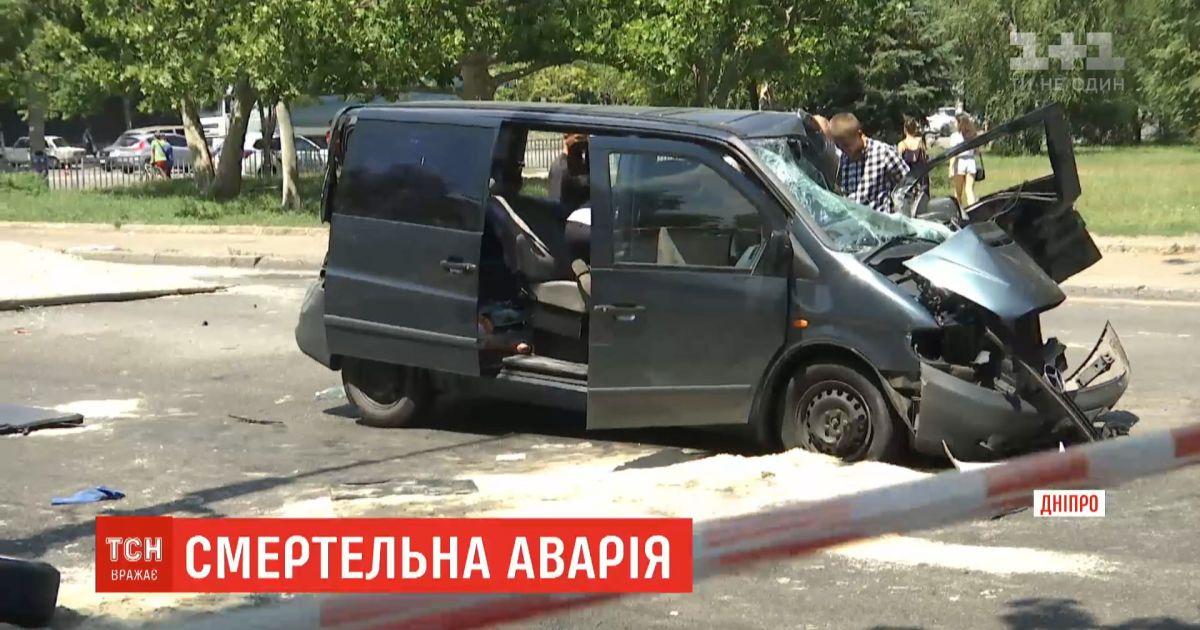 В Днепре столкнулись микроавтобус и загруженная песком фура - есть жертвы