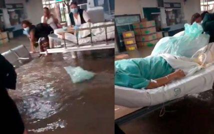 В Мексике 17 пациентов умерли в больнице из-за сильного наводнения: видео