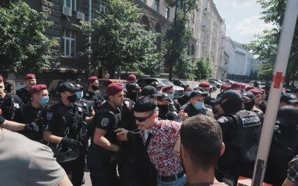 У Києві відбувається ЛГБТ-акція біля Офісу президента: сутички, сльозогінний газ та підозріла сумка