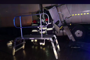 Жахлива ДТП на виїзді з Києва: бензовоз протаранив вантажівку, є загиблі