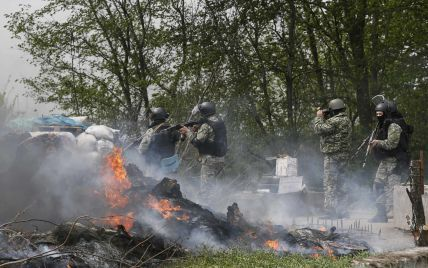 """Українських силовиків продовжують обстрілювати з """"Градів"""", мінометів і артилерії"""