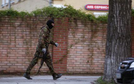 В Донецке террористы готовятся к штурму воинской части: раздают автоматы и бронежилеты - СМИ
