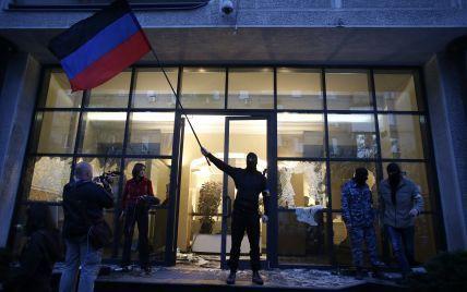 В Донецке террористы отпустили сотрудников Красного креста, которых держали в заложниках