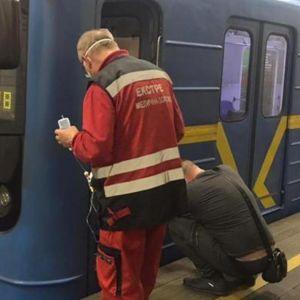 """""""Тіло розірвало навпіл"""": людина, яка потрапила під поїзд у Київському метро, померла"""