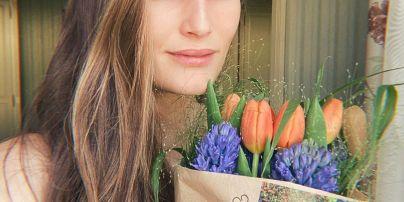 Без макияжа и с букетом: Алла Костромичева поделилась нежным фото