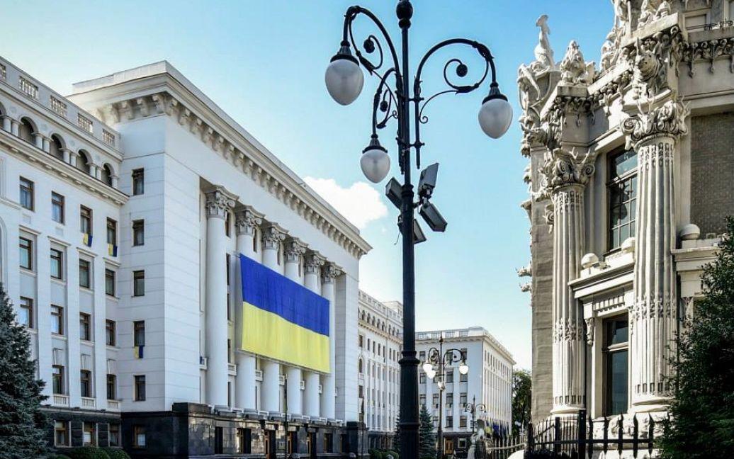 АП украсили огромным флагом / © Facebook / Петр Порошенко