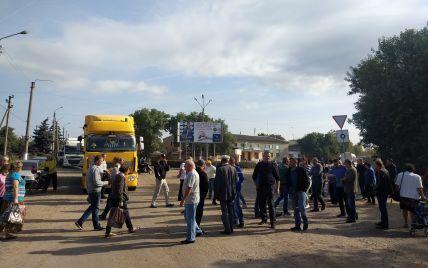 """""""Мы устали"""": в Николаевской области люди перекрыли трассу из-за состояния дорог"""
