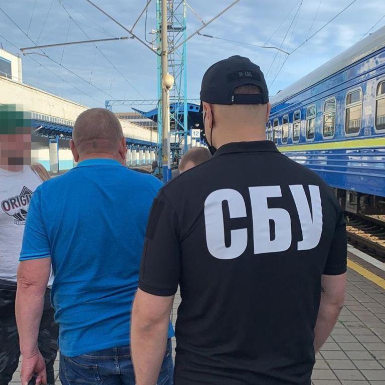 """Ексчиновника """"Укрзалізниці"""", який переховувався від слідства, СБУ затримала на вокзалі"""