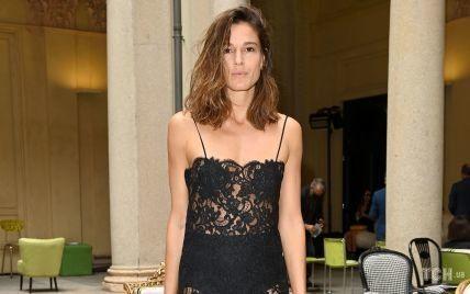 Засвітила білизну: італійська модель в пікантній сукні приїхала на показ в Мілані