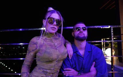 У мінісукні і лакованих ботфортах: Alena Omargalieva в кліпі на нову пісню