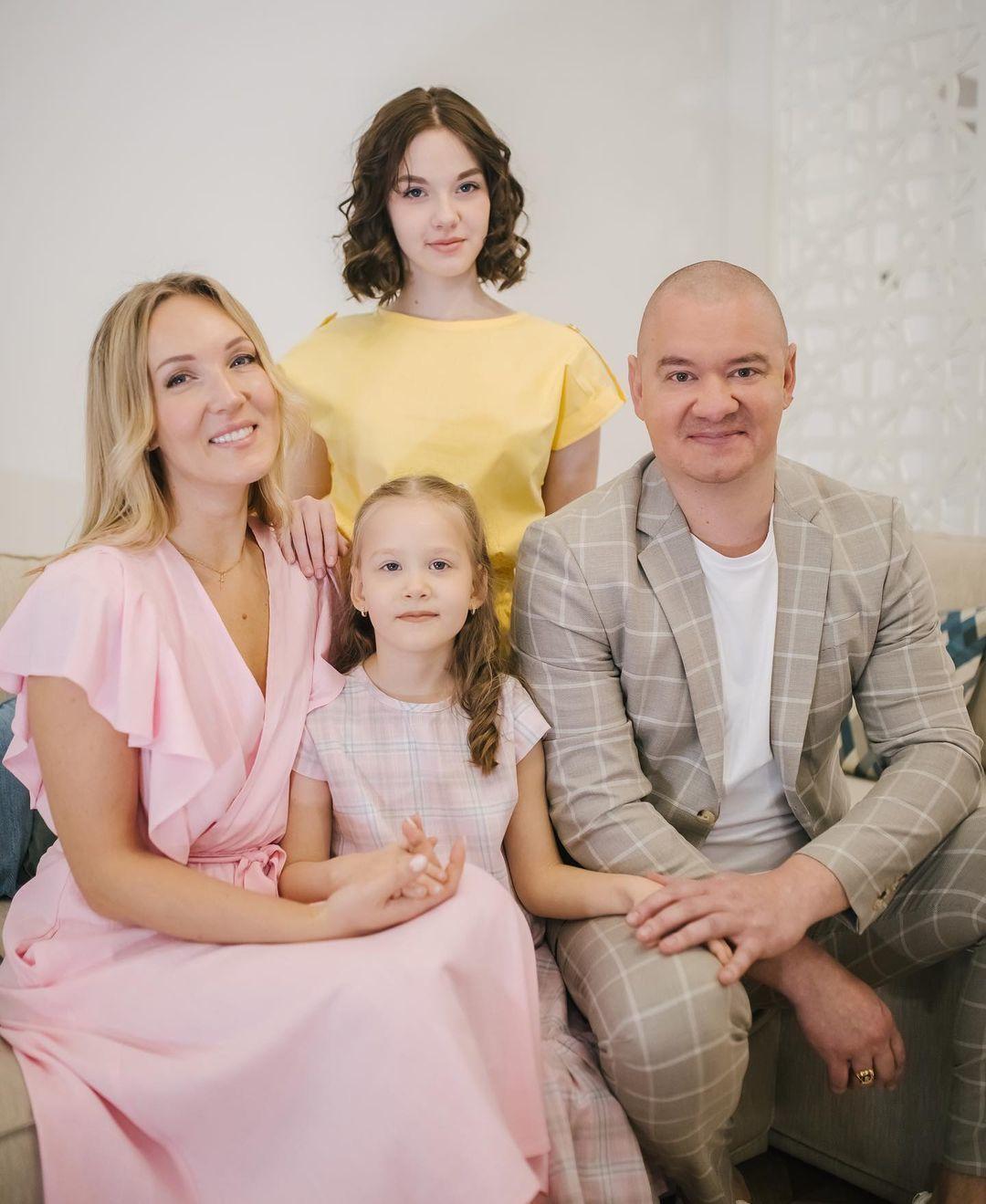 Євген Кошовий з дружиною та доньками / © instagram.com/yalta_k
