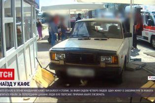 Новини України: у Сумах автівка травмувала трьох людей на літньому майданчику кафе