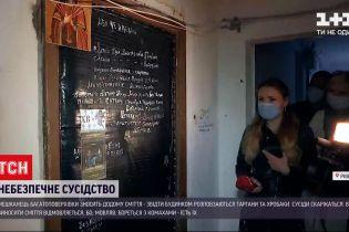 Новости Украины: в Киеве житель многоэтажки сносит домой мусора и ест насекомых