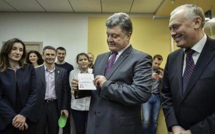 Разом із Порошенком перші біометричні паспорти отримали майданівці, журналіст і переселенка