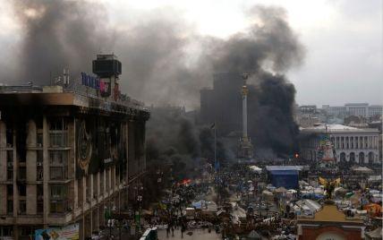"""На Майдане предупреждают о снайперах на крыше гостиницы """"Украина"""", которые стреляют в медиков"""