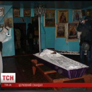 Шоковані родичі сектантів розповіли, як віряни у Бортничах поклонялися домовині з трупом