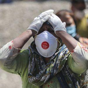 Добрался до 74 стран: эксперты заявили, что COVID-штамм из Индии может стать доминирующим во всем мире