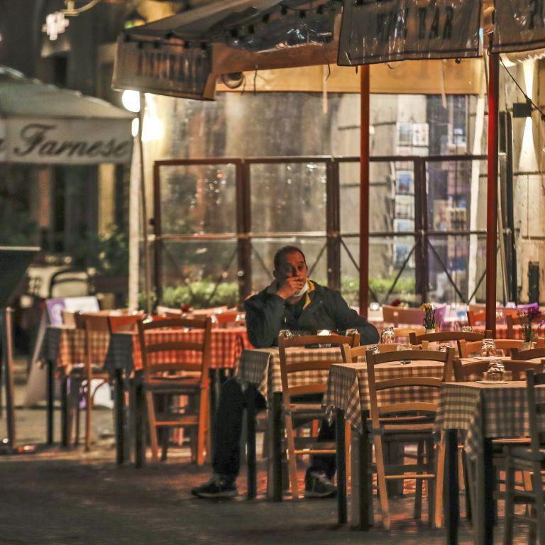 Правительство ослабило карантин для кафе и ресторанов в новогоднюю ночь
