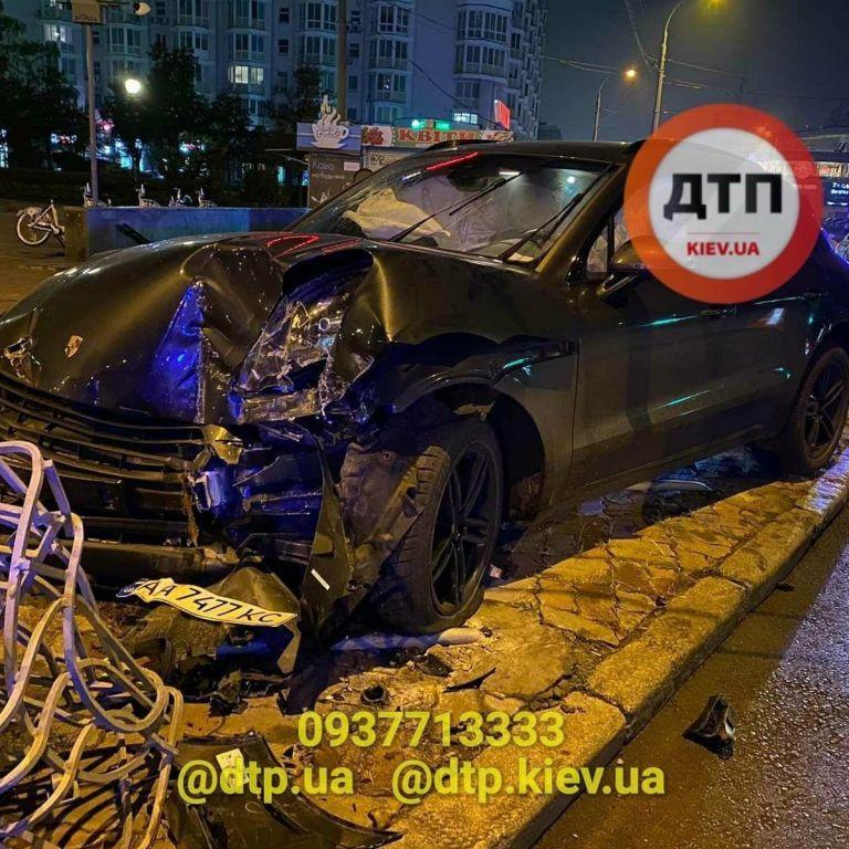 В Киеве пьяный водитель Porsche влетел в столб и травмировал пешехода: видео
