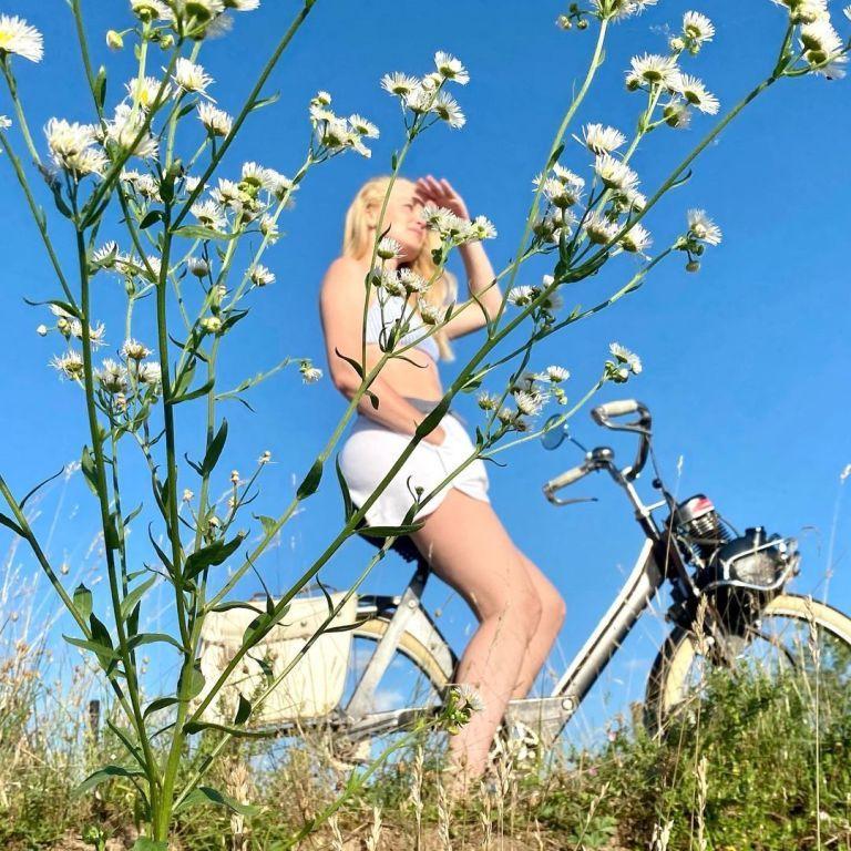 Лидия Таран в мини-шортах и топе похвасталась ножками на фоне ромашек