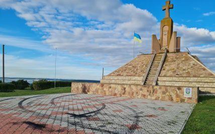 В Тернопольской области автомобилист устроил дрифт на Мемориале погибшим Сечевым Стрельцам: фото