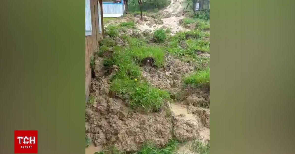 """""""Гори сунуться на оселі"""": у Бережниці через рясні опади сталися зсуви ґрунту"""