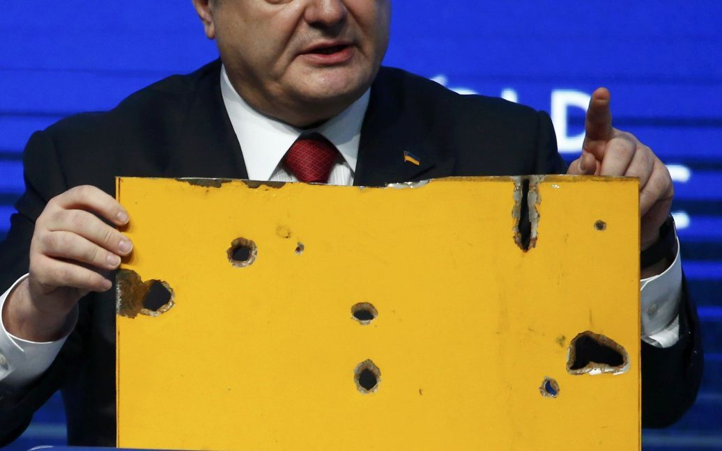 Порошенко показав у Давосі частину знищеного бойовиками автобусу / © Reuters
