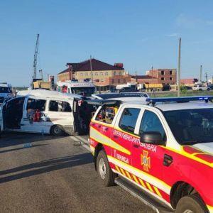 Під Бердянськом п'яний водій легковика зіткнувся з маршруткою: одна жінка загинула, ще шестеро людей постраждали