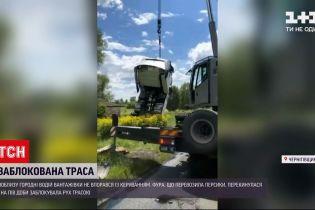 Новости Украины: в Черниговской области движение по трассе заблокировал грузовик с персиками