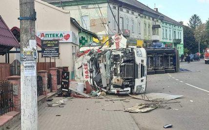 Во Львовской области фура влетела в магазин и разгромила стены: есть жертвы