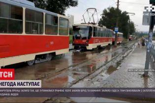 Новини України: у Маріуполі через раптову зливу зупинилися трамваї