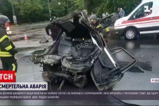 Новини України: в Одесі легковик розірвало навпіл після зіткнення із стовпом