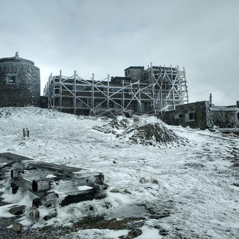 Літня погода продовжує дивувати: у Карпатах лежить сніг, температура впала до -2° (фото)