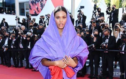 В лавандовом наряде с капюшоном: Тина Кунаки в экстравагантном луке на Каннском кинофестивале